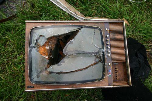 Broken_tv_CC_by_schmilblick